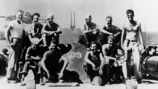 Кеннеді (крайній праворуч) подорожував Європою після служби в армії