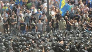 Crowds face riot police in Kiev