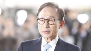 Cựu Tổng thống Nam Hàn Lee Myung-bak đến Văn phòng Điều tra Quận trung tâm Seoul để thẩm vấn hồi 14/3/2018.