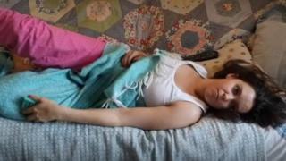 Lucy com preguiça deitada no sofá