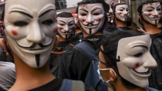多くの抗議者はガイ・フォークスの面を被ってデモに参加した(6日、香港)