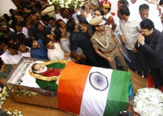 Le peuple indien s'est rendu au grand parc public pour rendre un hommage à Jayalalitha dont le corps, drapé dans le drapeau indien, est exposé.