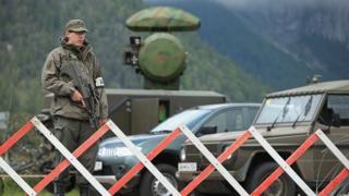 Um soldado do exército austríaco fica ao lado de uma estação de radar móvel