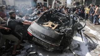 Palestinos tentam apagar fogo em um carro
