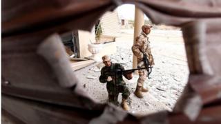 أرشيف: القوات الموالية لخليفة حفتر في اشتباكات مع مسلحين إسلاميين في مدينة بنغازي شرق ليبيا في 16 ديسمبر/كانون الأول 2014.