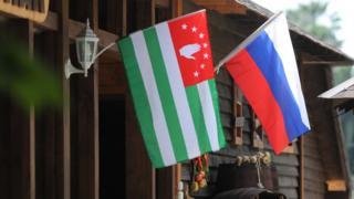 флаги россии и абхазии