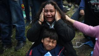 Madre e hijo lloran en Buenos Aires.