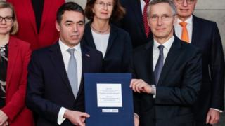 Makedonya Dışişleri Bakanı Nikola Dimitrov ve NATO Genel Sekreteri Jens Stoltenberg