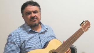Reinaldo Casteluzzo com violão para pessoas deficientes