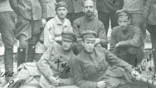 Заключенные во дворе Таганской тюрьмы. Александр Виленкин слева в первом ряду.