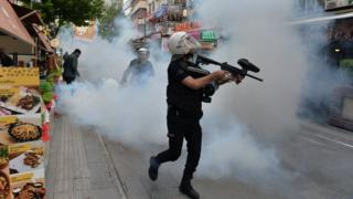 ankara'da polis açlık grevindeki eğitimcileri dağıtmak için göz yaşartıcı gaz kullanıyor.
