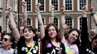 Partidarias de la abolición de la enmienda constitucional que restringía el aborto celebran en el castillo de Dublín.
