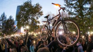 """На флешмоб """"Включи свет"""" в сквере люди пришли не только с фонариками, но и с велосипедами"""