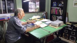 Carlos Augusto Manço estudando
