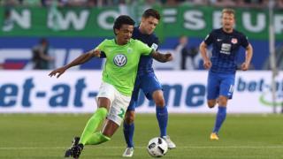 Luiz Gustavo en action lors d'un match de Bundesliga contre Eintracht Braunschweig