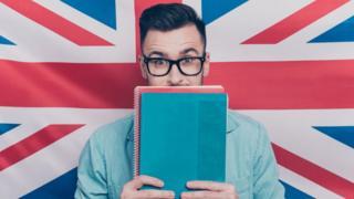 Un hombre con una bandera británica detrás