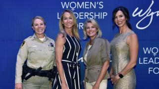 نساء يحضرن منتدى المرأة للقيادة