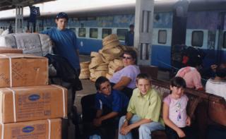 Família Forkan em estação de trem