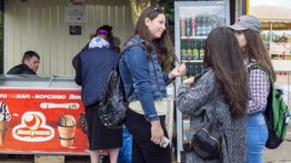 Jovens em frente a carrinho de sorvete na Transnístria