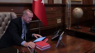 Tổng thống Recep Tayyip Erdogan trong văn phòng hôm 9/10