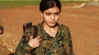 2018년 12월 21일 IS 격퇴전에서 전사한 전우의 장례식에 참석한 쿠르드 민병대 '여성수비대'(YPJ) 부대원