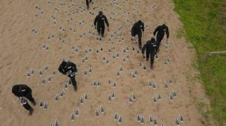 لوحة الأقدام على أحد شواطئ بريطانيا
