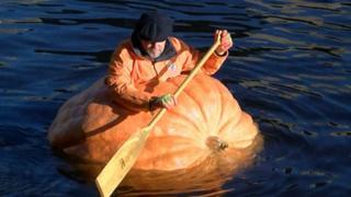 Мужчина в тыквенной лодке