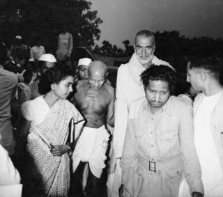 Mahatma Gandhi (bidix) iyo mid ka mid ah hoggaamiyeyaashii xornimo u doodka Khan Cabdul Qafaar (Midig) oo ka qeybgalaya shirkii lagu go'aamiyay kala go'a Hindiya iyo Pakistan
