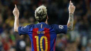 Messi, de espaldas, levanta los brazos.