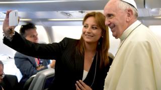 Папа Франциск с девушкой, делающей селфи