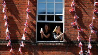 Женщины фотографируются возле Виндзорского замка