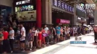 Mọi người xếp hàng dài tại Trùng Khánh chờ vào ăn mỳ cay miễn phí