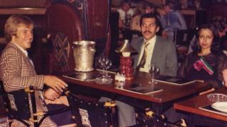 প্রিন্স আবদুল্লাহ এবং তার স্ত্রীর সাথে লর্ডনের বারাকুডা রেস্তোরায় ইমোন ও'কফি, ১৯৭৬