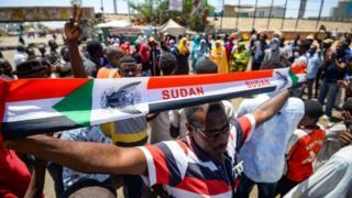 Des manifestants chantent des slogans devant le quartier général de l'armée à Khartoum, le 14 mai 2019.