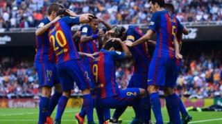 Igihe abakinyi ba Barcelone baterwa ayo macupa, Neymar na Suarez baciye biryamika hasi