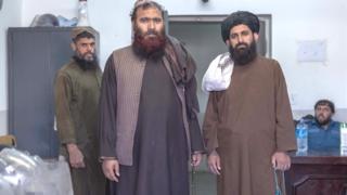 Mawlawi Fazel Bari (a la derecha) con otro prisionero talibán.