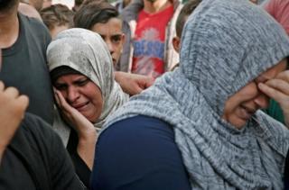 Gazze'deki El Şifa Hastanesi dışında yas tutan kadınlar