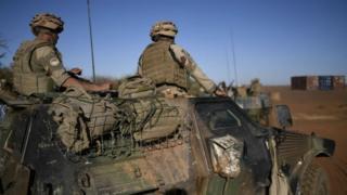 Cette tentative d'attaque d'un véhicule de l'armée française est survenue environ deux heures avant l'atterrissage à Ouagadougou du président français.