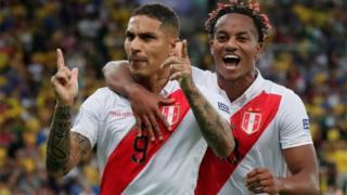 Peruanos festejan un gol