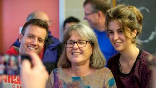 دونا ستريكلاند (وسط الصورة)