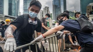 Протестующие используют металлические барьеры, чтобы перекрыть дороги