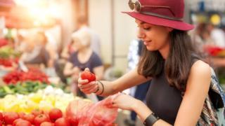 Модная девушка выбирает помидоры