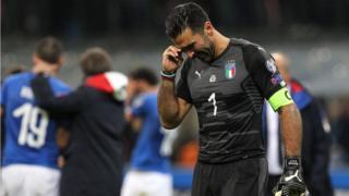 El legendario arquero italiano Gianluigi Buffon anunció después del juego su retiro de la selección.
