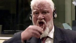 Slobodan Praljak bebiendo de un vaso durante la audiencia