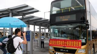 除了驾驶私家车,旅客可以乘坐穿梭巴士来往香港与澳门和珠海。