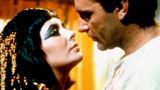 """Elizabeth Taylor y Richard Burton en el film """"Cleopatra"""" de 1963"""