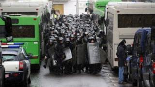 Жөө жүрүш менен келаткан митингчилерди милициянын атайын күчтөрү туш-туштан тосуп туруп, аларды кармай баштаган.