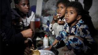 Children displaced by fighting in the Yemen port city of Hudaydah, 1 Nov 2018