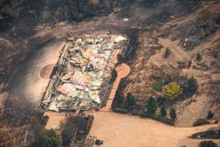 Вид з повітря на майно, пошкоджене лісовими пожежами