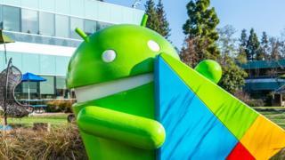 Yeşil Android maskotunun büyük bir yeşil heykeli, şirketin Mountain View merkezinin dışında görülüyor